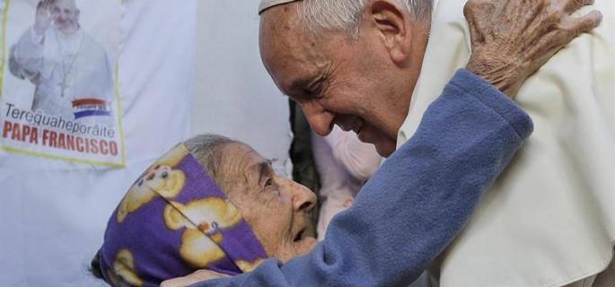 Papa-con-anciana-en-Paraguay-EFE