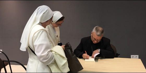 agrelo-dedica-su-libro-a-dos-monjas_560x280