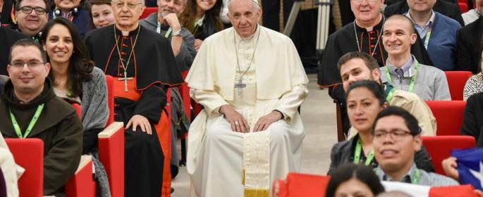 Roma, 19.03.18. Papa Francisco posa con los jóvenes participantes de la reunión pre-sinodo. Foto: Víctor Sokolowicz