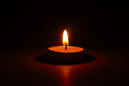 76539381-una-candela-accesa-nell-oscurità