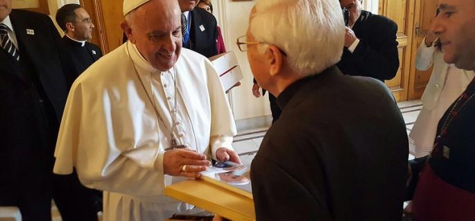 francisco-recibe-el-libro-de-manos-del-padre-angel (1)
