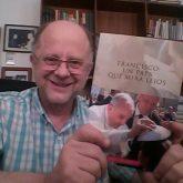 Foto-con-el-libro-en-las-manos-1-165x165