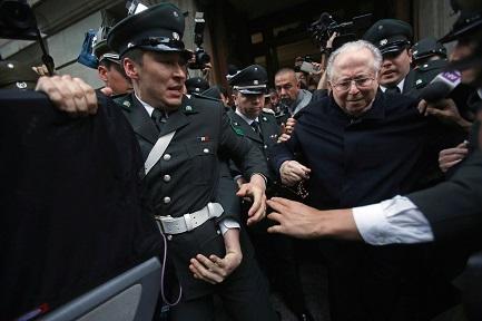 El-sacerdote-chileno-Fernando-Karadima-a-la-salida-de-un-tribunal-en-Santiago-Chile-en-2015-Foto-Associated-Press