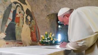 francisco-firma-en-asis-su-tercera-enciclica-fratelli-tutti-1xar