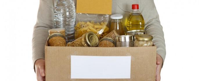 alimento-em-uma-caixa-da-doação-88216010